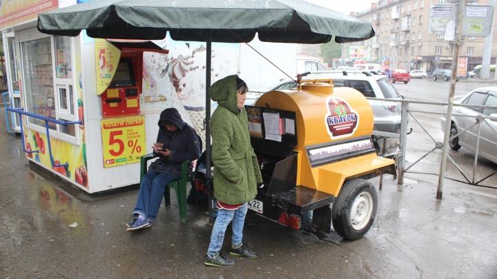 На улицах Новосибирска появились очень маленькие бочки с квасом