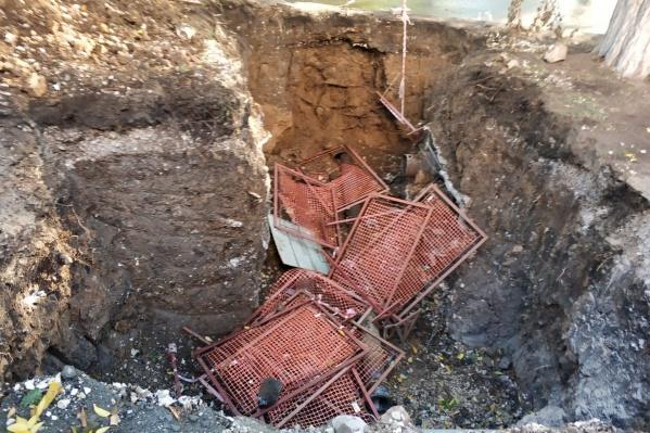 Вандалы столкнули ограждения в яму