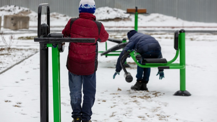 Спорт в массы: во дворе дома в Заречном установили уличные тренажеры, столы для пинг-понга и корты