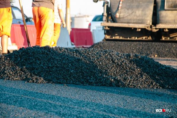 После восстановления или замены трубы рабочим предстоит при необходимости выровнять дорогу
