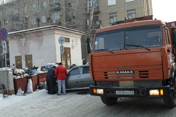 Для того чтобы вывезти весь мусор из двухкомнатной квартиры, потребовалось четыре машины
