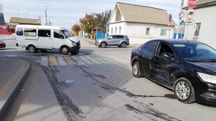 Под Волгоградом две пассажирки маршрутки пострадали в столкновении с иномаркой