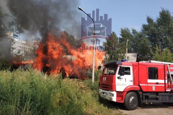Пожарные уверяют, что пока пламя не перекинулось на жилой дом