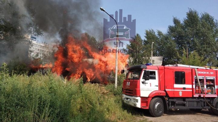 Загорелись постройки возле отданного под снос дома на Маерчака