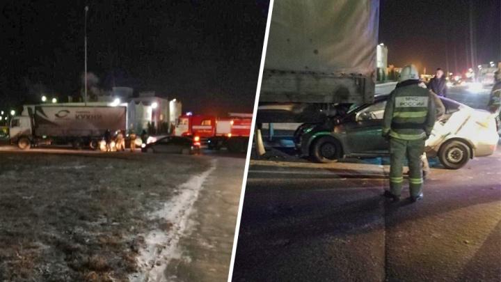 В Крутых Ключах водитель каршерингового авто залетел под фуру и сбежал