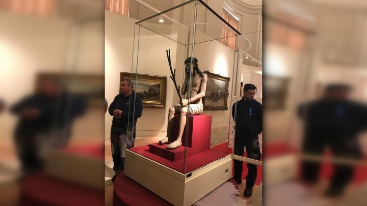 «Сидящего Спасителя» из Перми разместили в Ватикане. Монтаж витрины совпал с мессой Папы Римского