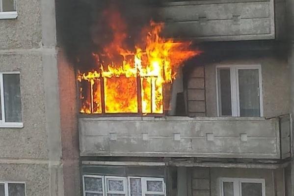 Квартира загорелась на четвертом этаже пятиэтажного дома
