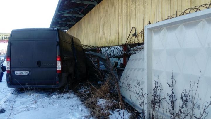 На Базовом фургон пролетел через тротуар и проломил бетонный забор