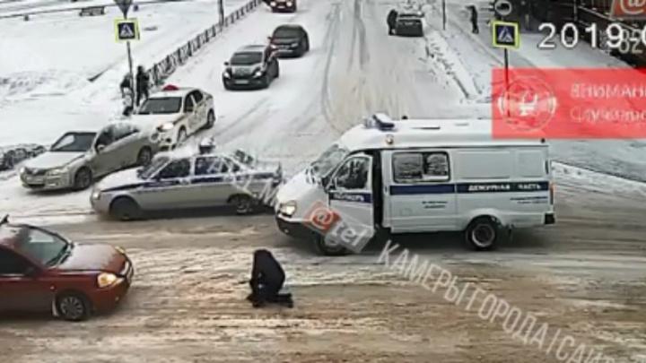 «Прав пешеходных лишать!»: появилось видео, как полицейская «Газель» сбила женщину