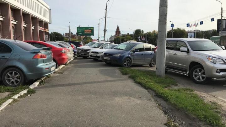 «Я паркуюсь как...»: непроходимые тротуары и удобная детская площадка