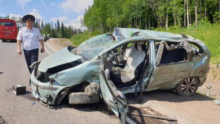 Под Балахтой машина перевернулась на дороге. Женщина и девочка 12 лет погибли мгновенно