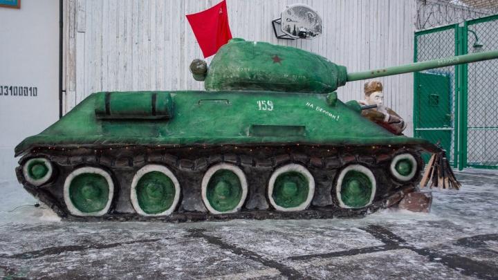 Танки, поезд и Вечный огонь. В Соликамске заключенные слепили снежные фигуры на тему Великой Победы
