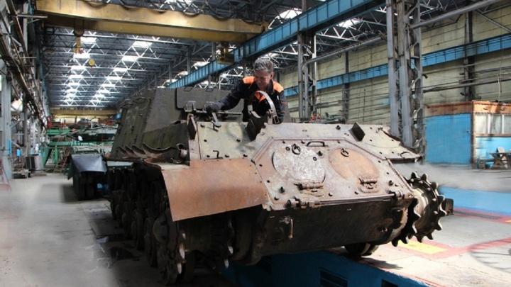 В Омск с мест боёв ВОВ привезли танк и самоходку — их восстановят на Омсктрансмаше