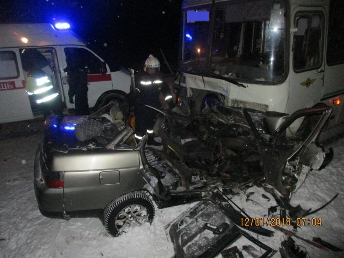 Легковой автомобиль практически смяло после столкновения с автобусом