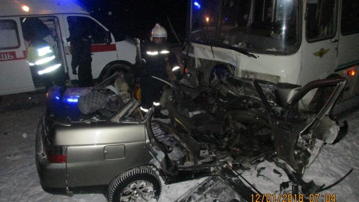 Под Новосибирском ВАЗ протаранил пассажирский автобус: из автомобиля пришлось вырезать женщину