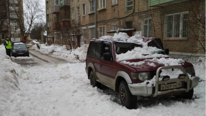 В Ярославле снег с крыши рухнул на внедорожник: пострадали два человека