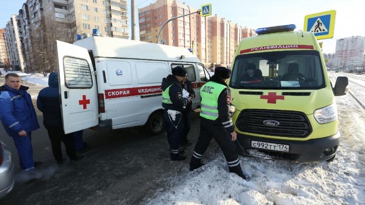 Мчался с маячками, вёз пациента: возле остановки в Челябинске скорая сбила женщину на «зебре»