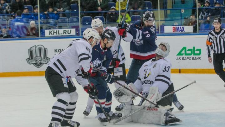 Хоккеистов «Нефтехимика» дисквалифицировали за грубую игру с челябинским «Трактором»