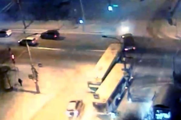 Водитель автомобиля УАЗ подрезал маршрутчика, аварией перекрыв дорогу