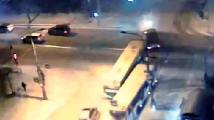 Нелепая авария с автобусом у театра музкомедии перекрыла въезд в центр с Копылова