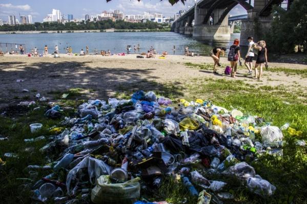 Ещё неделю назад рядом с пляжем лежали огромные кучи мусора
