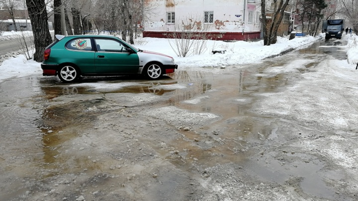 Двор дома за гостиницей «Омск» затопило из-за порыва трубы