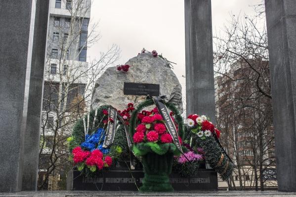 На этом месте «Мемориал» построит другой памятник, на котором будут перечислены имена погибших