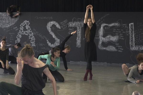 Кадр из фильма «Бобби Джин». После десяти лет звездной карьеры в Израиле американская танцовщица решает вернуться в США и создавать собственные спектакли