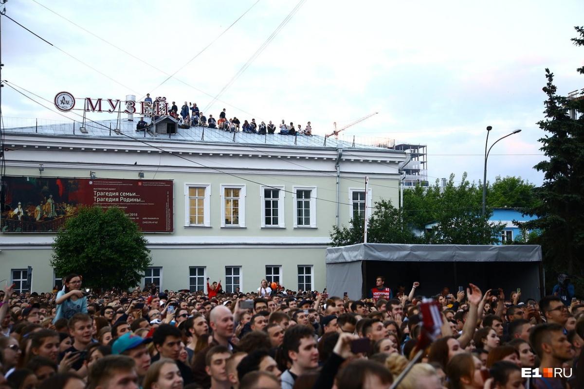 Из-за этих ребят концерт едва не прервали: ребят несколько раз попросили спуститься с крыши, они не послушались и Noize ушел со сцены. Но потом вернулся