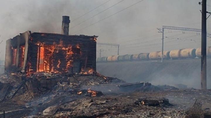 «Мужик на тракторе пытался отрезать огонь, чуть не сгорел»: в Курганской области ввели режим ЧС