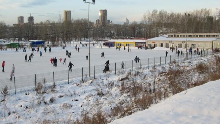 На острове Татышев открылся самый большой ледовый каток города