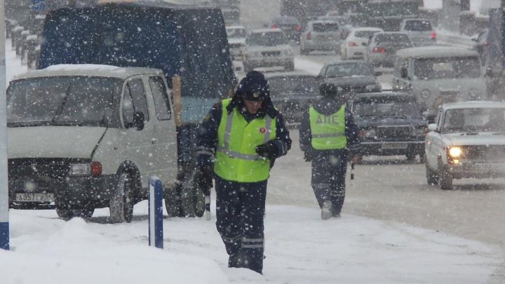 Инспекторы ГИБДД спасли на трассе заглохшую «Ладу» с замерзающими отцом и сыном