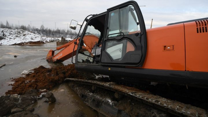 Строители объяснили, как утопили два экскаватора в болоте на окраине Екатеринбурга
