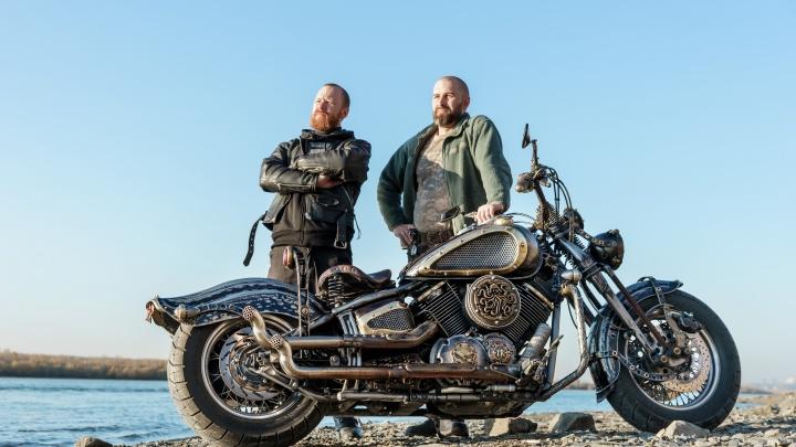 На него можно смотреть часами: новосибирцы создали мотоцикл «Каракатица» — он напоминает о пиратах