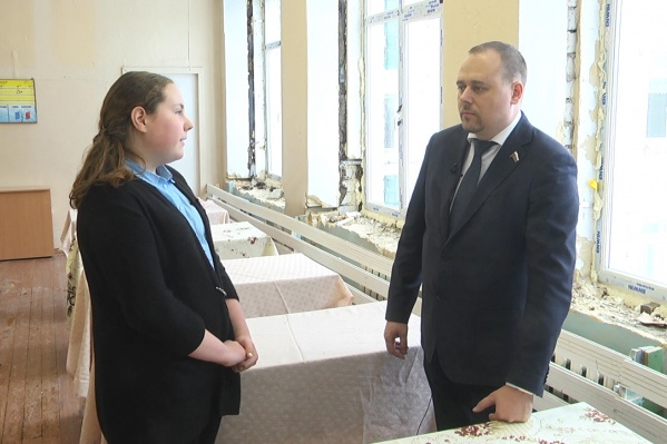 Окна в школе, по мнению суда, доакзывают нетрудовые доходы Романа Лаптева