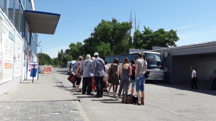 Билеты — в кассе: директор вокзала в Шахтах запретил водителям брать деньги у пассажиров