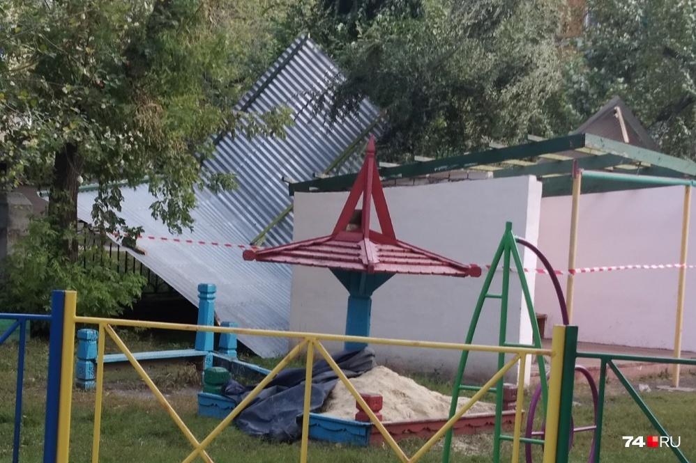 А в этом детском учреждении ветром сорвало крышу веранды на площадке