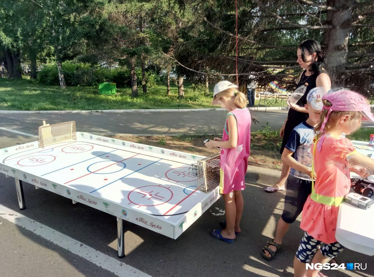 Площадку аэропикника окружили дети и устраивают робо-хоккей. И роботов для хоккея они собирают сами.  А еще на площадке есть маленький механический хореограф.