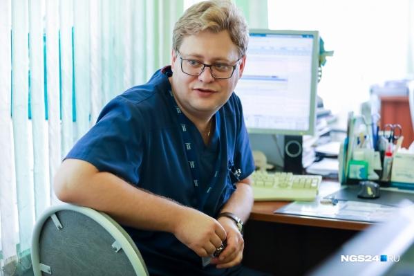 Алексей Поляков работает вместе со своей супругой, их столы стоят напротив друг друга