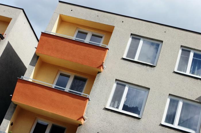 13-летняя девочка сорвалась с балкона 3-го этажа при попытке перелезть в окно