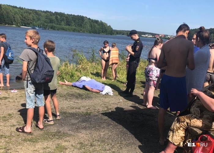 Тело лежало на берегу, накрытое полотенцем