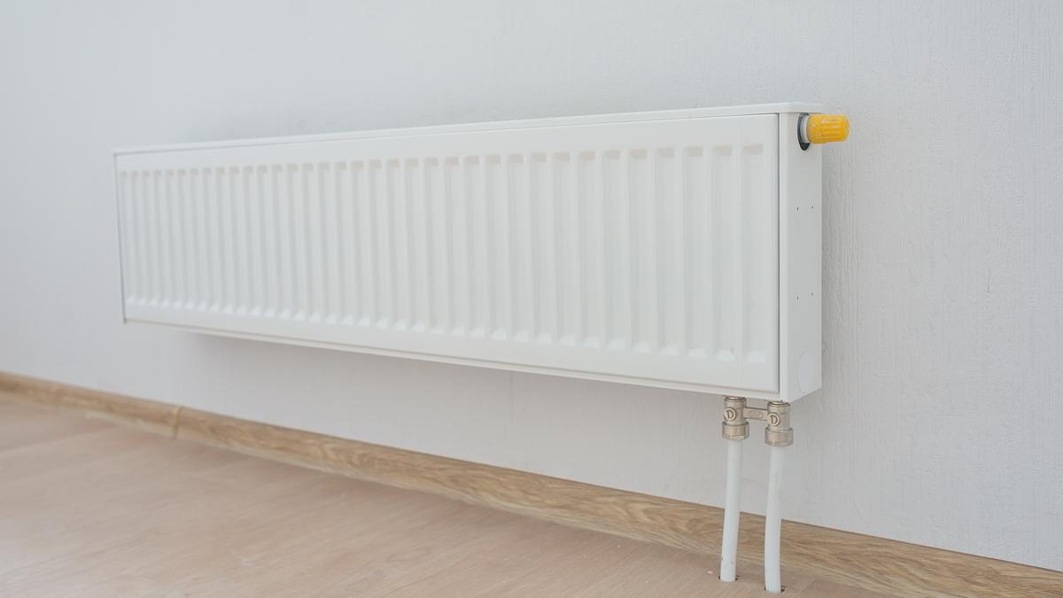 Можно убавить интенсивность теплоподачи в радиаторах отопления и не переплачивать за эту услугу