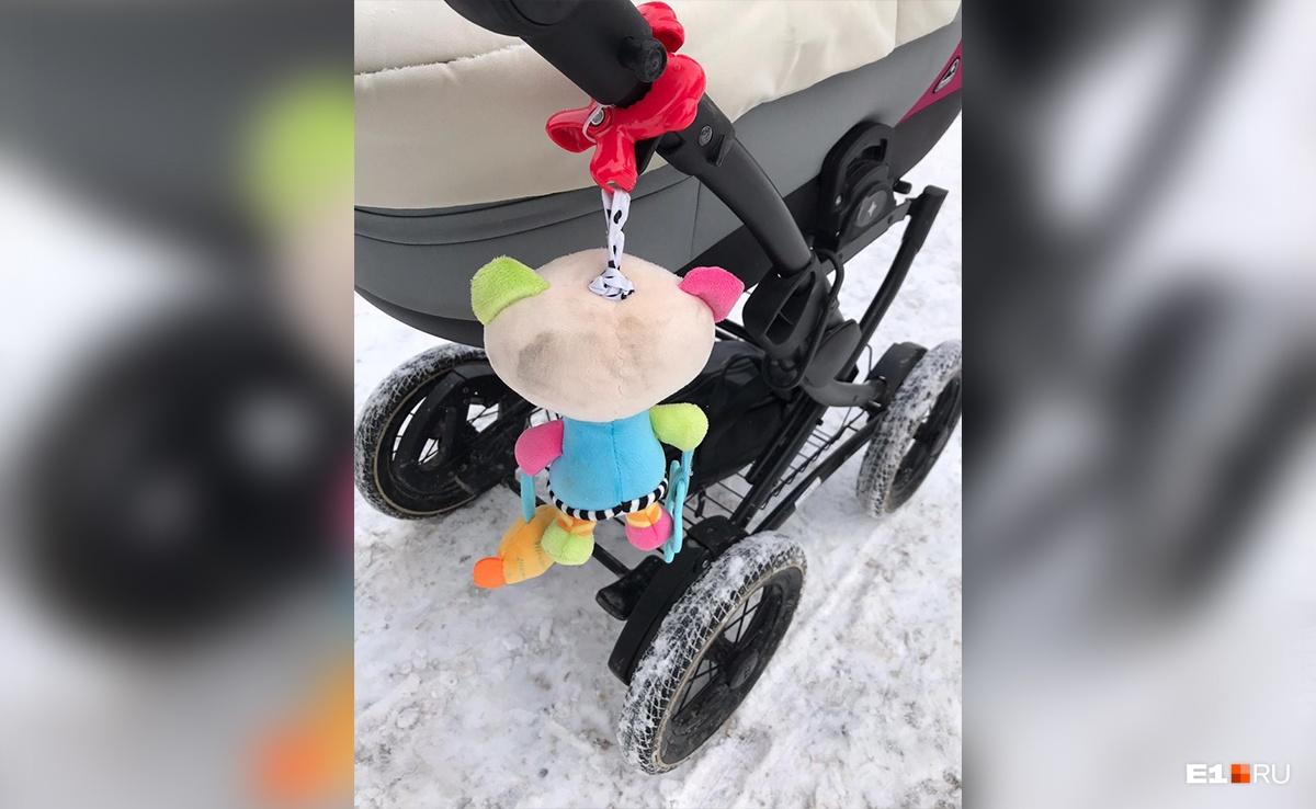 По словам Дарьи, Daewoo Matiz зацепил своей грязной дверью не только ее, но и коляску с малышом
