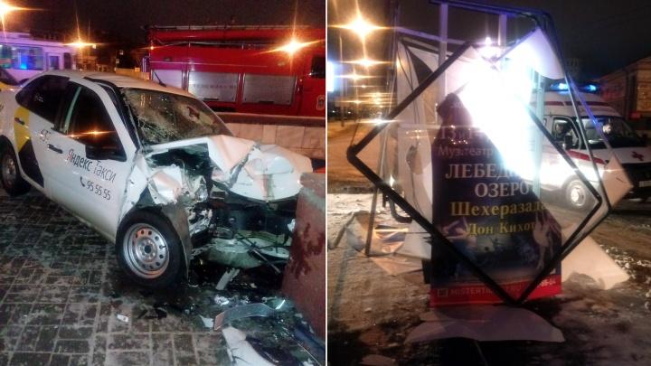 У «Маяковского» такси с пассажирами врезалось в ограждение подземного перехода
