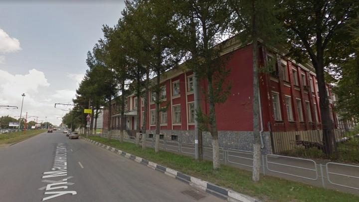 «Бараки бы так расселяли»: в Челябинске за один день снесли здание, а на его месте уложили газон