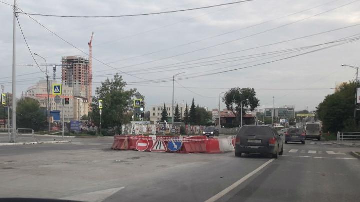 Челябинские коммунальщики ликвидировали провал на дороге возле торгового центра
