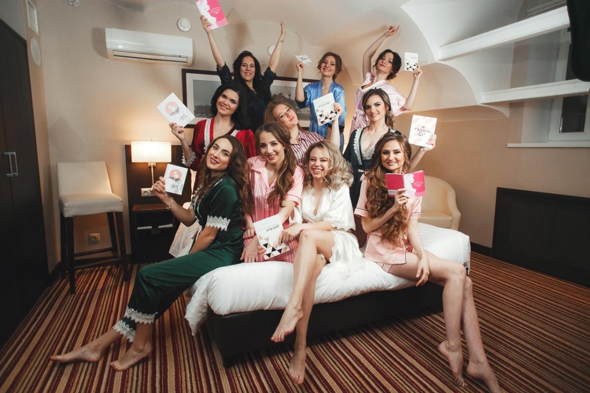 Красавицы-невесты устроили пижамную вечеринку