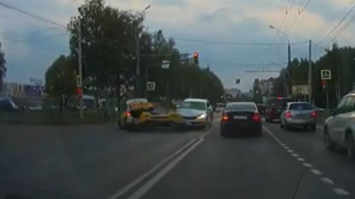 Оба решили завершить манёвр: появилось видео ДТП такси и машины для тест-драйва