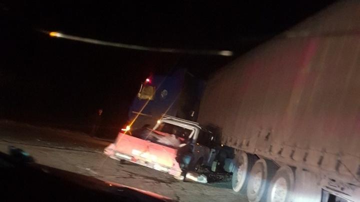 «Водитель фуры хотел развернуться»: на трассе в Волгоградской области «четверка» влетела в грузовик