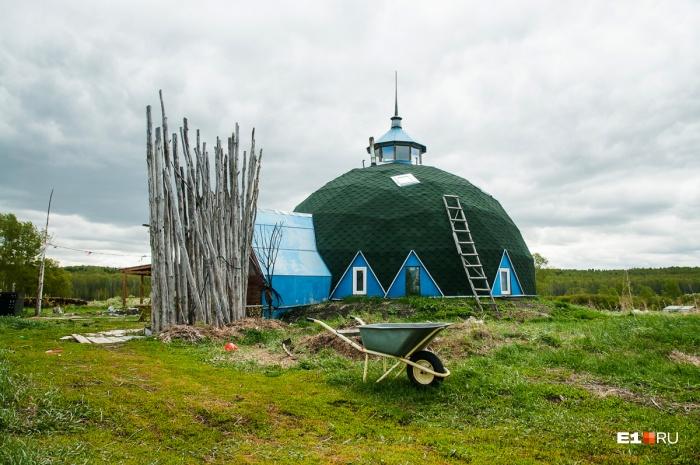 Дом-купол в деревне такой один, а по словам хозяина, такого нет нигде в мире